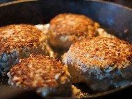 Сочни пържени кюфтенца от телешка и свинска кайма с пресен лук и бира